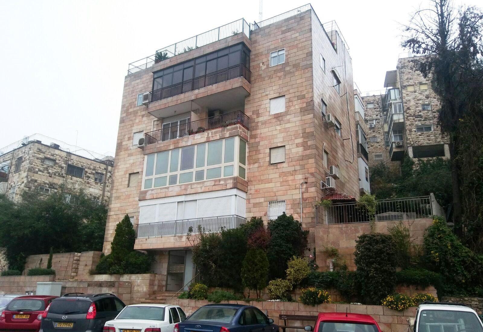 בשכונת רסקו דירה 3 חדרים פלוס מרפסות שמש משופץ